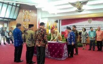 Wakil Walikota Palangka Raya, Mofit Saptono Subagio menandatangani dokumen penyerahan Personel, Sarana dan Prasarana hingga Dokumen (P2D) milik Pemerintah Kota Palangka Raya kepada Pemerintah Provinsi Kalimantan Tengah, Jumat (7/10/2016). BORNEONEWS/