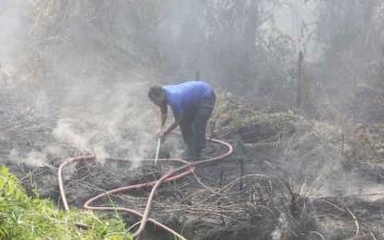 Seorang petugas pemadam kebakaran sedang berupaya mematikan api yang membakar lahan beberapa waktu lalu. Pada Kamis (6/10/2016) jajaran tim karhutla di Kecamatan Cempaga berhasil menangkap pembakar lahan.