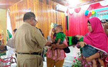 Bupati Sukamara, Ahmad Dirman menyerahkan hadiah kepada orang tua yang anaknya berhasil meraih juara dalam Lomba Balita Indonesia (LBI), 3 Oktober 2016. BORNEONEWS/NORHASANAH