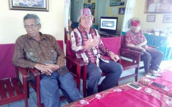 Orang tua Ay, Dagut Hajunas (tengah) memberikan keterangan kepada wartawan di kediaman sesepuh Kalteng, Sabran Achmad, Jumat (7/10/2016). BORNEONEWS/BUDI YULIANTO