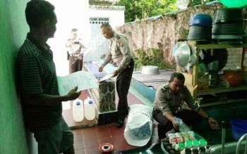 Petugas gabungan dari Polres Kotawaringin Barat saat menyita minuman keras di salah satu lokasi. BORNEONEWS/FAHRUDDIN FITRIYA