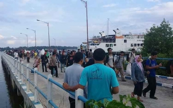Ratusan oenumpang berjubel keluar dari kapal Kalibodri milik ASDP di Pelabuhan RORO Kumai saat arus mudik lebaran tahun ini. Kondisi berbeda jauh saat hari-hari biasa seperti sekarang ini. Kapal ini sepi dari penumpang.