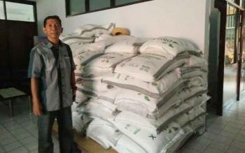 Kepala Bulog Sub Divre Pangkalan Bun, M Soleh menunjukkan tumpukan beras di kantornya. Jumat (7/10/2016). BORNEONEWS/FAHRUDDIN FITRIYA