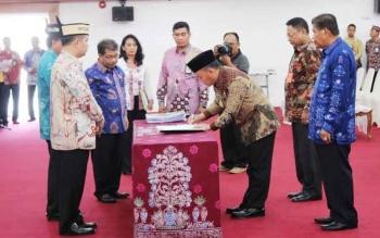 Gubernur Sugianto tanda tangani BA serah terima P2D dari bupati kepada gubernur. BORNEONEWS/ROZIKIN