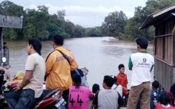 Sejumlah warga tampak berkerumun menyaksikan proses pencarian korban tenggelam.