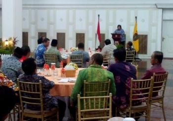 Menteri Lingkungan Hidup dankehutanan Siti Nurbaya memberikan paparan di Istana Isen Mulang, Jumat malam (7/10/2016). BORNEONEWS/ROZIKIN