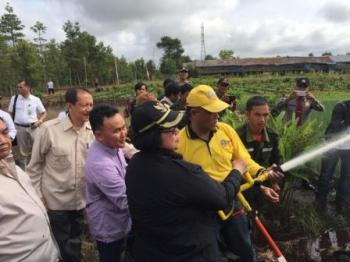 Menteri Lingkungan Hidup dan Kehutanan Siti Nurbaya bersama Gubernur Sugianto Sabran sedang mencoba alat-alat pengolahan lahan tanpa bakar di Desa Kelampangan, Sabtu (8/10/2016) pagi. BORNEONEWS/WAHYUDI HENDRA