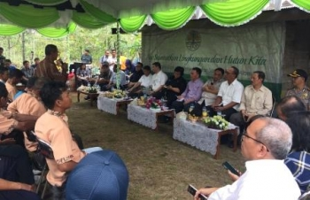 Menteri Lingkungan Hidup dan Kehutanan Siti Nurbaya didampingi Gubernur Sugianto Sabran berdialog dengan warga Kelampangan, Palangka Raya, Sabtu (8/10/2016) pagi. BORNEONEWS/GIBEN