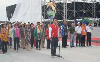 Menpora Imam Nahrawi menjadi pembina upacara pengibaran bendera Merah Putih raksasa, berukuran 10x15 meter, di Pelataran Mall Ancol Beach City Jakarta, Jumat (7/10/2016) sore. BORNEONEWS/KEMENPORA