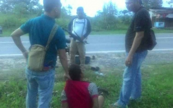 Tersangka Sugianoor (baju merah) saat ditangkap oleh jajaran Satres Narkoba Polres Kotawaringin Barat, sebelum melakukan transaksi narkoba di Jalan Ahmad Yani (Kawasan Bundaran Pangkalan Lima). BORNEONEWS/FAHRUDDIN FITRIYA