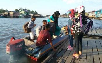 Motoris speedboat di pelabuhan speedboat Sukamara. Kasatpol Air Polres Sukamara, Ipda Herbet Simanjuntak, Minggu (9/10/2016) minta agar keselamatan penumpang diutamakan. BORNEONEWS/NORHASANAH