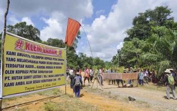 Warga berdemo menuntut transparansi pembagian SHU Koperasi Petak Semboyan dari PT Hutan Sawit Lestari, Sabtu (8/10/2016). BORNEONEWS/RAFIUDIN