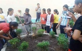 Kepala SMAN 1 Kurun Batuah Sanggah memimpin para siswa/siswi kerja bakti untuk mempersiapkan penilaian Adiwiyata tingkat nasional. BORNEONEWS/EPRA SENTOSA