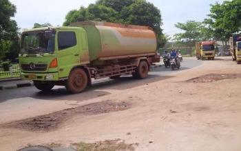 Angkutan berat melintas di Jalan HM Arsyad Bundaran KB Sampit, Kotim. Larangan angkutan berat masuk jalan dalam kota di lapangan masih banyak diabaikan para sopir angkutan berat. BORNEONEWS/M. RIFQI