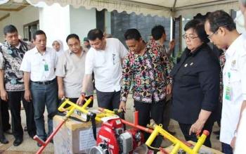 Menteri LHK Siti Nurbaya memberikan bantuan peralatan pompa pemadam kebakaran untuk penanggulangan kebakaran hutan dan lahan di Pulang Pisau, Sabtu (8/10/2016). BORNEONEWS/JAMES DONNY