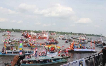 Puluhan kapal dan kelotok hias mermaikan lomba perahu hias yang digelar pemkab Kotim. Kegiatan itu akan digelar setiap tahun dan akan menjadi agenda wisata. BORNEONEWS/RAFIUDIN