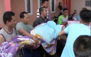 Sesaat setelah ditemukan tewas tergantung tali ayunan, jasad Sarifudin, alias Udin (41), segera dibawa ke RSUD Sultan Imanuddin, Pangkalan Bun. Sabtu (8/10/2016), untuk diotopsi. BORNEONEWS/FAHRUDDIN FITRIYA