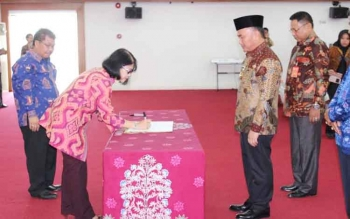 Rektor Universitas Terbuka, Prof Tian Belawati menandatangani MoU dengan Gubernur Kalteng, H. Sugianto Sabran, di Aula Jayang Tingang Kantor Gubernur Kalteng, Jumat (7/10/2016). BORNEONEWS/M. MUCHLAS ROZIKIN