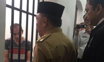 Gubernur Kalimantan Tengah, Sugianto Sabran ketika menengok tahanan di Rutan Badan Narkotika Nasional Provinsi Kalteng, di Palangka Raya, Senin (10/10/2016). BORNEONEWS/M. MUCHLAS ROZIKIN