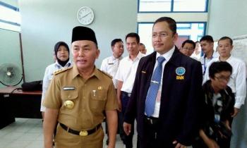 Gubernur Kalimantan Tengah, H Sugianto Sabran, bersama Kepala BNN Kalteng, Kombes Pol Sumirat Dwiyanto, dan jajaran, di kantor BNN Kalteng, Senin (10/10/2016). BORNEONEWS/BUDI YULIANTO