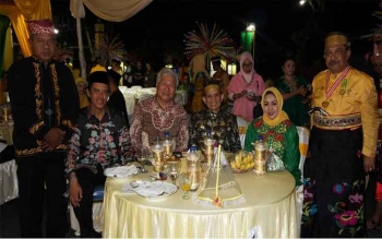 Alan Gerungan (tiga kiri), Business Development Manager, Oceanic Resource & Property Group, Sydney, Australia, anggota DPR RI Hamdhani bersama Raja Bone dan istri, dalam welcome dinner FKN X, Minggu (9/10/2016). BORNEONEWS/DOK