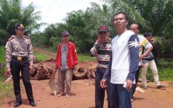 Warga mendatangi areal perkebunan kelapa sawit PBS karena terjadi sengketa lahan. Menurut Wakil Ketua DPRD Kotim, Parimus, Senin (10/10/2016), PBS kelapa sawit diduga menggarap lahan di luar izin HGU. BORNEONEWS/M. RIFQI