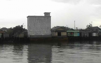 Sarang Burung Walet dibangun di pinggiran titian sungai DAS Kapuas Jalan Tandean. Sebagian besar pemilik sarang burung walet di Kapuas, enggan membayar pajak setiap panen. BORNEONEWS/DJEMMY NAPOLEON