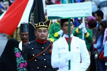 Prajurit Keraton Surakarta Hadiningrat dalam kirab prajurit keraton yang merupakan rangkaian kegiatan Festival Keraton Nusantara (FKN) X di Pangkalan Bun kabupaten Kobar Senin (10/10/2016) sore.