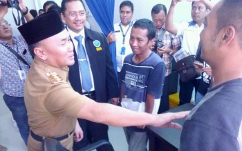 Gubernur Kalteng H Sugianto Sabran didampingi Kepala BNN Kalteng Kombes Pol Sumirat Dwiyanto ketika memberikan saran kepada pengguna sabu di ruang klinik, BNN Kalteng, Senin (10/10/2016) lalu. BORNEONEWS/BUDI YULIANTO