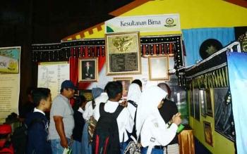 Benda pusaka kerajaan peserta FKN X 2016 yang dipamerkan di Istana Kuning Kesultanan Kutaringin menarik pernatian warga dan pelajar yang sengaja mendatangi lokasi tersebut Selasa (11/10/2016). BORNEONEWS/WAHYU KRIDA
