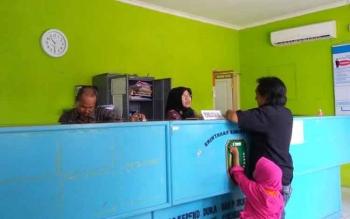 Seorang warga Sukamara yang sedang mengurus administrasi kependudukan di kantor pelayanan Dinas Kependudukan dan Pencatatan Sipil (Dukcapil) Sukamara. BORNEONEWS/NORHASANAH