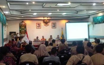 Kepala Ombudsmen RI Perwakilan Kalimantan Tengah, Thoseng T.T Asang (baju kuning) memberikan arahan kepada para camat, lurah/kepala desa di Lantai II kantor Bupati Kotim, Selasa (11/10/2016). BORNEONEWS/RAFI