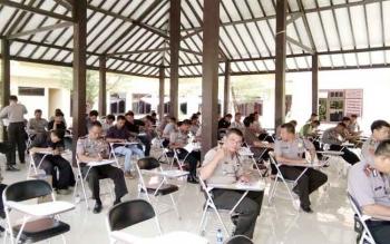 Sebanyak 58 anggota Polres Lamandau mengikuti test tulis psikologi kepribadian, di Pendopo Mapolres Lamandau, Selasa (11/10/2016). Tes ini wajib bagi pemegang senjata api, tiap enam bulan sekali. BORNEONEWS/HENDI NURFALAH