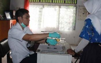 Seorang siswi salah satu SMA di Sampit tes urine. Kadis Pendidikan Kotawaringin Timur, Suparmadi, Selasa (11/10/2016), minta orang tua memperketat pengawasan terhadap pergaulan anak di luar sekolah. BORNEONEWS/RAFIUDIN