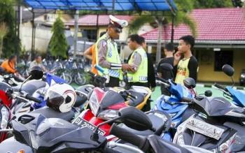 Sejumlah kendaraan bermotor roda dua terjaring razia di Jalan Diponegoro, Pangkalan Bun. Kapolers Kobar, AKBP Pria Premos, Selasa (11/10/2016), mengatakan, pelanggaran berat langsung tilang. BORNEONEWS/FAHRUDDIN FITRIYA