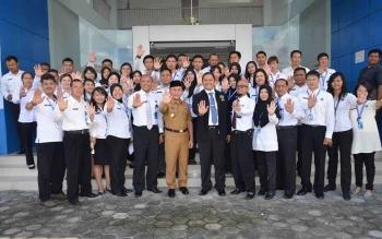 Gubenur Kalteng, Sugianto Sabran (kopiah hitam), bersama Kepala BNN Provinsi Kalteng, Kombes Pol Sumirat Dwiyanto, bersama staf BNN, kemarin. BORNEONEWS/M. MUCHLAS ROZIKIN