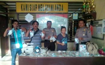 Kapolsek Katingan Hilir, Ipda Setyo Sidik Pramono (kiri) memerlihatkan barang bukti dan tersangka tindak pidana bidang kedokteran di Mapolsek setempat, Rabu (12/10/2016). BORNEONEWS/ISTIMEWA