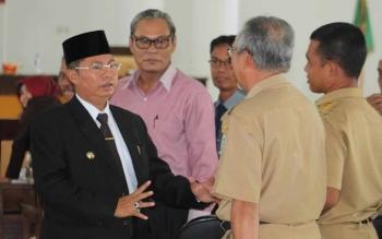 Bupati Seruyan Sudarsono (kiri) berbintang santai bersama sejumlah kepala SKPD dinas dan camat. Bupati menantang para sarjana menggarap peluang usaha di Seruyan. BORNEONEWS/PARNEN