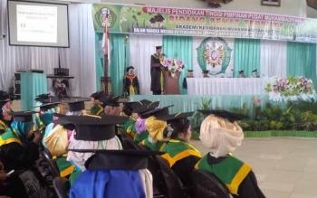 Direktur Akbid Muhammadiyah Kotim Suryo Supraptono, memberikan sambutan saat Wisuda Akbid Muhammadiyah Kotim tahun akademik 2015/2016, di Gedung Serbaguna Sampit, Rabu (12/10/2016). BORNEONEWS/M. RIFQI