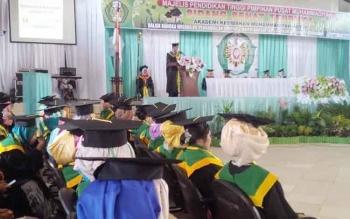 Direktur Akbid Muhammadiyah Kotim Suryo Supraptono, memberikan sambutan saat Wisuda Akbid Muhammadiyah Kotim tahun akademik 2015/2016, di Gedung Serbaguna Sampit, Rabu (12/10/2016). BORNEONEWS/RIFQI