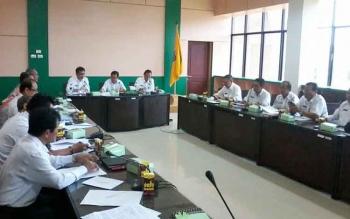 Sekda Nikodemus (tengah) saat memimpin rapat membahas terkait rancangan peraturan daerah (Perda) narkoba di ruang bupati setempat, Rabu (12/10). BORNEONEWS/ABDUL GOFUR
