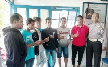 Polisi tes urine sopir travel yang berada di Kota Buntok. BORNEONEWS/URIUTU DJAPER