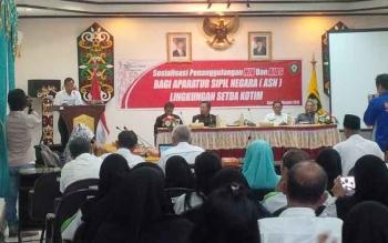 Sekretaris daerah Kabupaten Kotim, Putu Sudarsana di atas podium memberikan arahan kepada para ASN di daerah itu pada acara sosialisasi penanggulangan HIV/AIDS di kalangan ASN, Rabu (12/10/2016). BORNEONEWS/RAFIUDIN