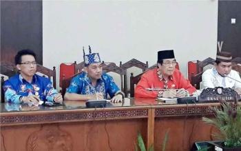 Dari kanan: Ketua DPRD Kotim Jhon Krisli, Wakil Bupati Kotim M Taufiq Mukri dan Ketua Komisi I DPRD Kotim Handoyo J Wibowo, mengikuti rapat dengan Komisi A DPRD Kalteng, terkait proses persiapan pembentukan DOB Kotara. BORNEONEWS/DOK