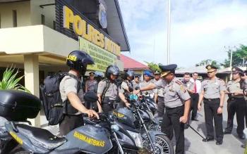 Kapolres Kotim, AKBP Hendra Wirawan menyerahkan sepeda motor kepada anggota Bhabinkamtibmas, Rabu (12/10/2016). Bhabinkamtibmas adalah ujung tombak kepolisian. BORNEONEWS/M. HAMIM