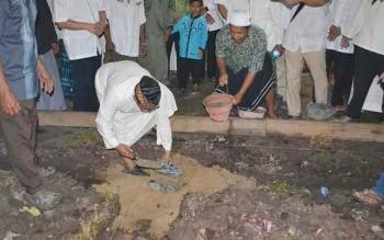 Wagub Kalteng, Habib Said Ismail meletakkan batu pertama pembangunan Madrasah Diniyah Alwasilah, saat menghadiri peringatan Hari Asyuro atau 10 Muharram 1438 Hijriyah, di Desa Maluen Basarang, Kuala Kapuas, Selasa (11/10/2016). BORNEONEWS/DOK