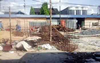 Pasar Patanak Pulang Pisau dalam proses pengerjaan. Anggota DPRD Pulang Pisau, Tandean Indra Bela, Rabu (12/10/2016), mengharapkan pembangunan kembali pasar di Jalan Tingang Menteng itu berjalan sesuai skedul. BORNEONEWS/JAMES DONNY