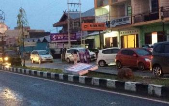 Salah satu papan reklame di jalan Ahmad Yani tumbang tertiup angin kencang yang terjadi pada Rabu (12/10/2016) sore. Untung, ridak ada mobil melintas saat kejadian berlangsung. BORNEONEWS/CECEP HERDI