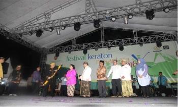 Pangeran Ratu Alidin Sukma Alamsyah, Sultan XV Kotawaringin, menyerahkan bendera pataka FKIKN kepada GKR Wandansari. Pataka itu kemudian diserahkan pada Pangeran Adipati Arief Natadiningrat, dari Kasepuhan Cirebon, sebagai tuan rumah FKN berikutnya.