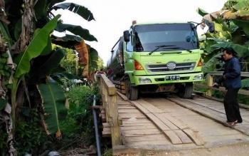 Truk Hino pengangkut aspal terus berusaha dievakuasi dari Jembatan Ayuh, Desa Tabakanilan, Kecamatan Gunung Bintang Awai (GBA), Barito Selatan, Kamis (13/10/2016). BORNEONEWS/DOK